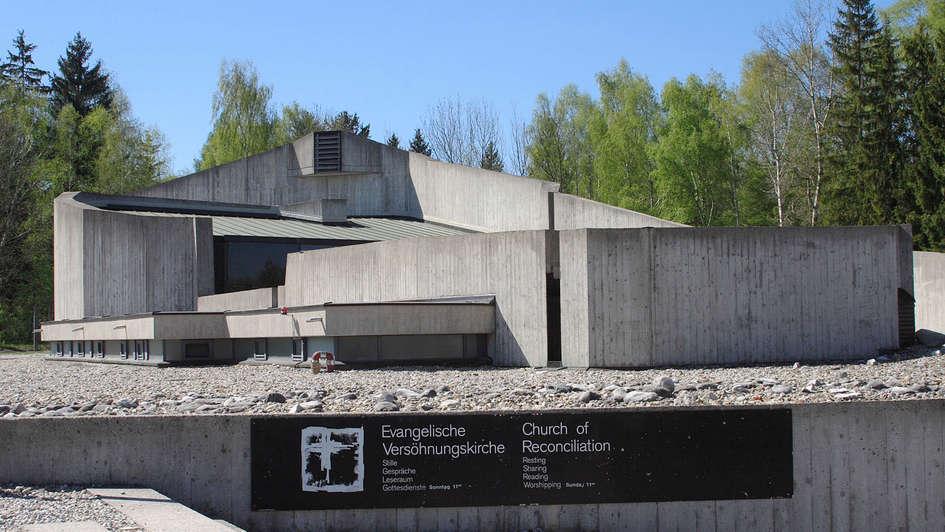 Vor 40 Jahren, am 30. April 1967 wurde die Evangelische Versöhnungskirche in KZ-Gedenkstätte Dachau eingeweiht (Foto 15.04.07). Sie ist bis heute das einzige evangelische Gotteshaus in einer KZ-Gedenkstätte. Am 28. April 2007 feiert die Versöhnungskirche ihr 40-jähriges Bestehen. Während es in den Anfangsjahren der Versöhnungskirche vor allem um das Gedenken und um die Seelsorge für KZ-Überlebende und Angehörige von NS-Opfern ging, hat sich die Arbeit in den letzten Jahren stark gewandelt. Heute berichtet das Team um Pfarrer Björn Mensing und Diakon Klaus Schultz jedes Jahr fast 7.000 Besuchern bei kostenlosen Führungen über den grausamen Lageralltag im KZ Dachau. (Siehe epd-Feature vom 16.04.07)